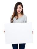Demostración de la mujer con el tablero blanco Fotos de archivo libres de regalías