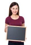 Demostración de la mujer con el tablero negro Imágenes de archivo libres de regalías