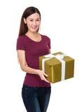 Demostración de la mujer con la actual caja grande Foto de archivo libre de regalías