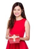 Demostración de la mujer con la caja de regalo Imagen de archivo