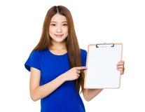 Demostración de la mujer con la lista de verificación Fotografía de archivo