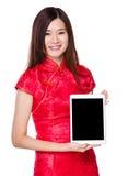 Demostración de la mujer con la pantalla en blanco de la tableta Fotos de archivo