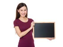 Demostración de la mujer con la pizarra Imagen de archivo libre de regalías