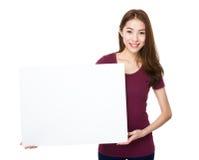 Demostración de la mujer con una bandera más blanca Fotografía de archivo libre de regalías