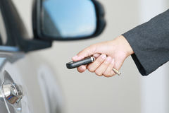 Demostración de la mujer de negocios una llave remota del coche Imagen de archivo