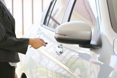 Demostración de la mujer de negocios una llave remota del coche Foto de archivo