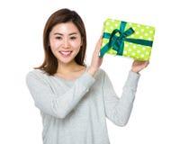 Demostración de la mujer joven con el giftbox Fotos de archivo libres de regalías