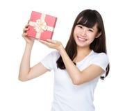 Demostración de la mujer joven con el giftbox Foto de archivo libre de regalías
