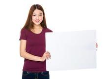 Demostración de la mujer joven con el tablero blanco Fotografía de archivo libre de regalías
