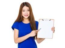 Demostración de la mujer joven con el tablero en blanco Fotografía de archivo libre de regalías