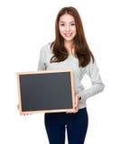 Demostración de la mujer joven con el tablero negro Fotos de archivo