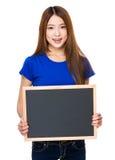 Demostración de la mujer joven con el tablero negro Foto de archivo
