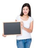 Demostración de la mujer joven con la pizarra Fotos de archivo libres de regalías