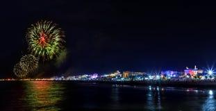 Demostración de la noche de la explosión de los fuegos artificiales en orilla del mar Rímini Imágenes de archivo libres de regalías