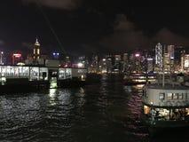 Demostración de la noche en Victoria Harbor en HKG imagen de archivo