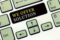 Demostración de la nota de la escritura ofrecemos la solución La exhibición de la foto del negocio proporciona productos o los se imágenes de archivo libres de regalías