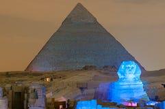 Demostración de la pirámide de Giza y de la luz de la esfinge en la noche - El Cairo, Egipto Imágenes de archivo libres de regalías