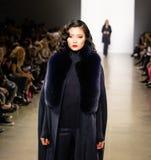Demostración de la pista de Zang Toi FW19 como parte allí del New York Fashion Week fotos de archivo libres de regalías