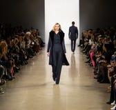 Demostración de la pista de Zang Toi FW19 como parte allí del New York Fashion Week foto de archivo libre de regalías