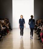 Demostración de la pista de Zang Toi FW19 como parte allí del New York Fashion Week imagen de archivo libre de regalías