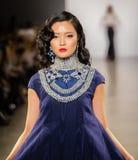 Demostración de la pista de Zang Toi FW19 como parte allí del New York Fashion Week imagen de archivo