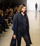 Demostración de la pista de Zang Toi FW19 como parte allí del New York Fashion Week imagenes de archivo