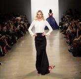 Demostración de la pista de Zang Toi FW19 como parte allí del New York Fashion Week fotos de archivo