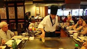 Demostración de la preparación de comida en un restaurante japonés metrajes