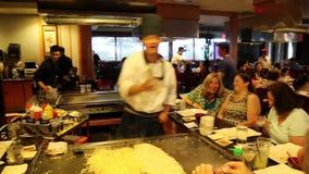 Demostración de la preparación de comida en un restaurante japonés almacen de metraje de vídeo