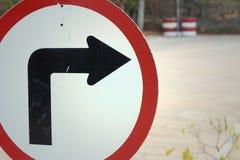 Demostración de la señal de tráfico el gire a la derecha en el camino Fotos de archivo libres de regalías