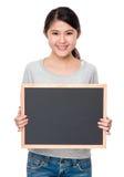 Demostración de la señora joven con el espacio en blanco del tablero trasero Fotos de archivo libres de regalías