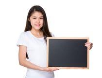 Demostración de la señora joven con el tablero negro Imagen de archivo