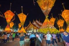Demostración de la tradición del festival el bambú grande con las flores en Tailandia Foto de archivo libre de regalías