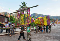 Demostración de la tradición del festival el bambú grande con las flores en Tailandia Fotos de archivo