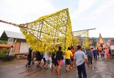 Demostración de la tradición del festival el bambú grande con las flores en Tailandia Fotografía de archivo