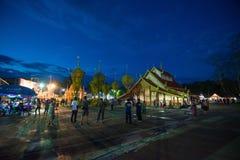 Demostración de la tradición del festival el bambú grande con las flores en Tailandia Imagen de archivo libre de regalías
