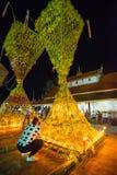 Demostración de la tradición del festival el bambú grande con las flores en Tailandia Imagen de archivo