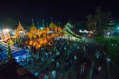 Demostración de la tradición del festival el bambú grande con las flores en Tailandia Imágenes de archivo libres de regalías