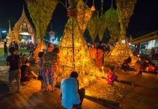Demostración de la tradición del festival el bambú grande con las flores en Tailandia Imagenes de archivo