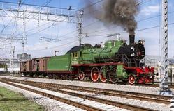 Demostración de las locomotoras restauradas del vintage en la celebración del día de tropas ferroviarias de la Federación Rusa en Imagenes de archivo