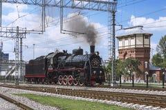 Demostración de las locomotoras restauradas del vintage en la celebración del día de tropas ferroviarias de la Federación Rusa en Imágenes de archivo libres de regalías