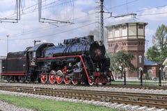 Demostración de las locomotoras restauradas del vintage en la celebración del día de tropas ferroviarias de la Federación Rusa en Foto de archivo libre de regalías