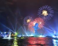 Demostración de los fuegos artificiales de la noche Fotos de archivo libres de regalías