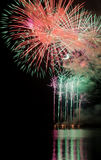 Demostración de los fuegos artificiales en el lago Foto de archivo libre de regalías
