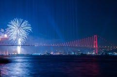 Demostración de los fuegos artificiales en Estambul Bosphorus Turquía Foto de archivo