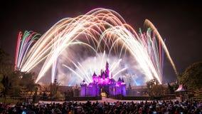 Demostración de los fuegos artificiales en Hong Kong Disneyland el 28 de febrero de 2014 Foto de archivo libre de regalías