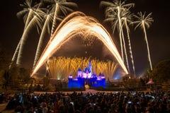 Demostración de los fuegos artificiales en Hong Kong Disneyland el 28 de febrero de 2014 Fotografía de archivo