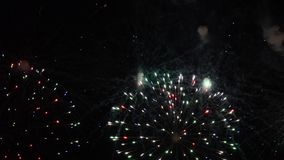 Demostración de los fuegos artificiales Festival y celebración Usando la pirotecnia espectacular por una Noche Vieja