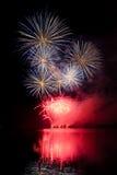 Demostración de los fuegos artificiales sobre el lago Foto de archivo