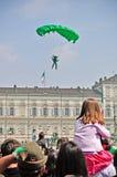 Demostración de los paracaidistas en el cielo de la Turín Foto de archivo